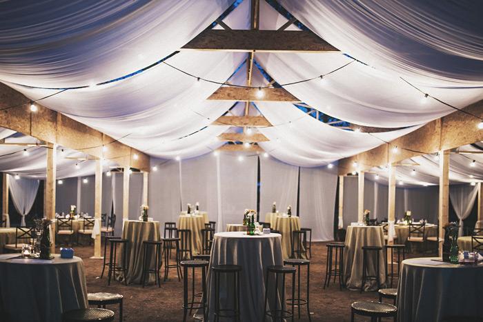 Iluminación de una boda para una carpa al aire libre